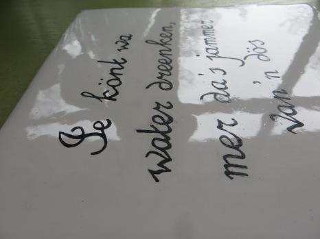 Spreuk op witje tegel